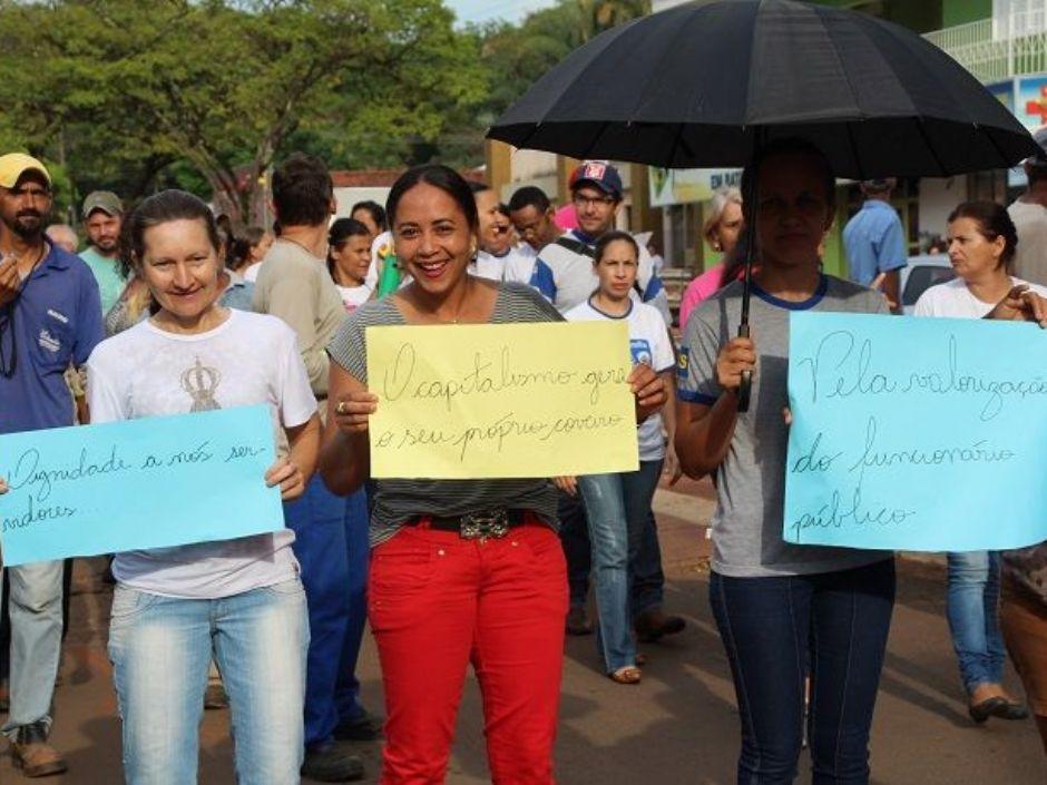 Servidores municipais de Batayporã vão às ruas em protesto contra atraso de salário