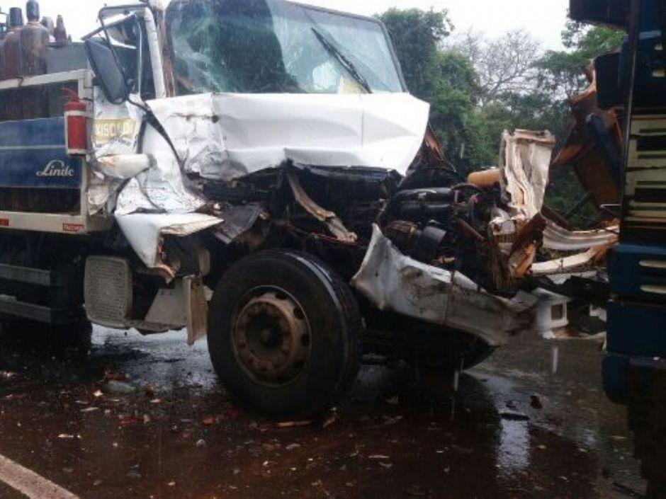 Falta de freios provoca colisão entre caminhões na MS-276 em Batayporã