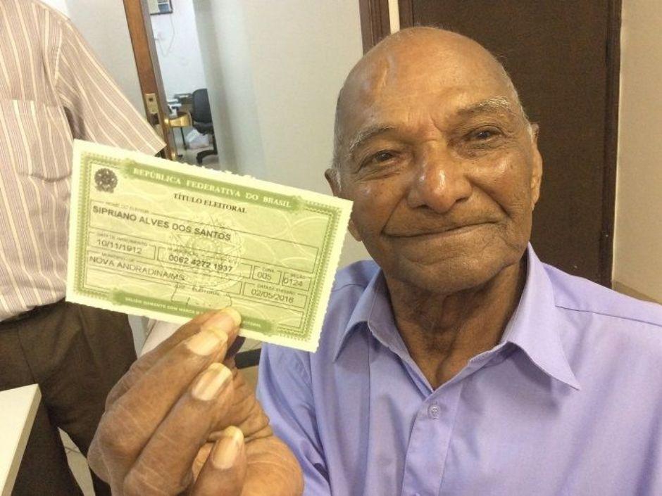Aos 103 anos, assentado dá aula de civismo para participar das eleições 2016