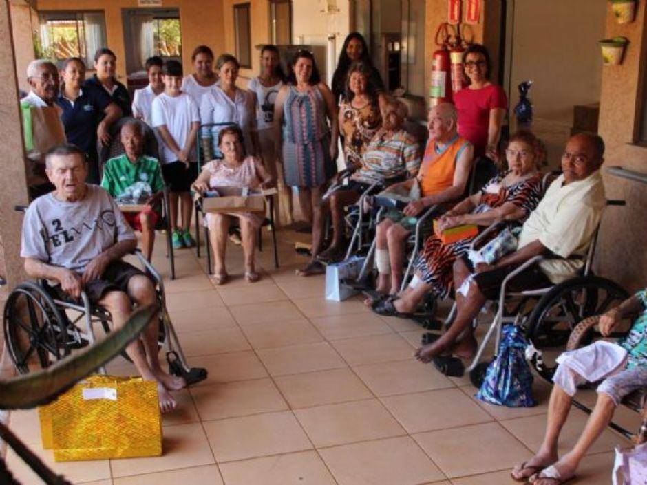 Fórum de Nova Andradina realiza entrega de presentes no Asilo em comemoração ao dia Internacional do Idoso
