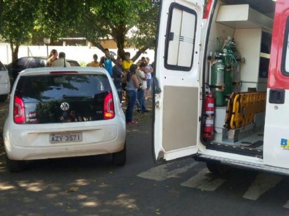 Colisão entre motoneta e carro deixa motociclista ferida em Nova Andradina