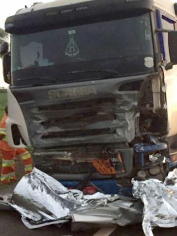 Carro partiu ao meio e ficou debaixo da Scania