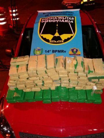 Dupla foi autuada em flagrante por tráfico de drogas