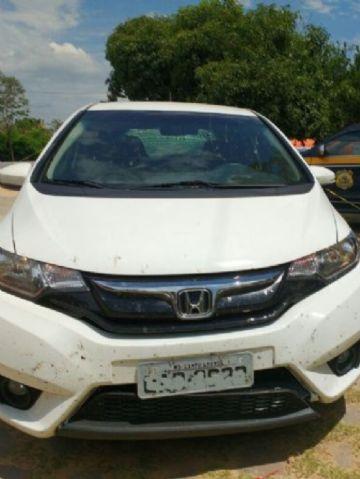 Depois de furar dois bloqueios policiais da PRF, o condutor abandonou o veículo