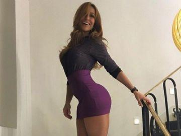 Sabrina Sato posa usando vestido sexy