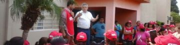Beto Sãovesso recebendo os servidores na frente do Paço Municipal