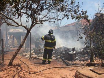 Parte da residência ficou destruída pelas chamas