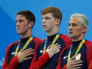 O nadador americano Ryan Lochte (3º esq/dir) pede desculpas por relato de falso assalto na Olimpíada do Rio