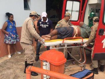 Bombeiro presta atendimento à vítima de 59 anos, que sofreu ferimento grave cometido pelo filho