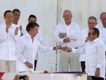 Com todos os convidados vestidos de branco, presidente da Colômbia e líder das Farc assinam acordo de paz