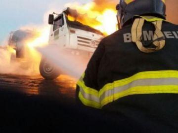 Bombeiros contiveram as chamas do caminhão