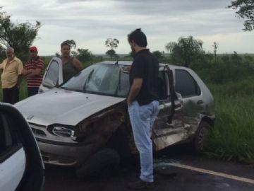 Pneu estoura, caminhão bate em carro e sai da pista na MS-276