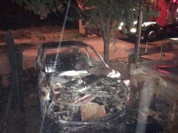 Carro fica destruído pelo fogo em Rosana