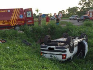 Carro capota em anel viário e três pessoas ficam feridas