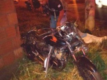 Motociclista morre ao ser atingido por veículo em cruzamento