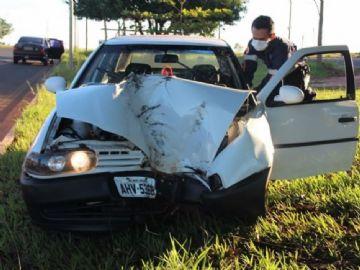 Jovem perde controle do veículo e colide em árvore na Moura Andrade
