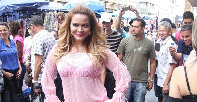 Geisy Arruda causa alvoroço ao desfilar de lingerie pela 25 de março ... 7b2d1f117b2