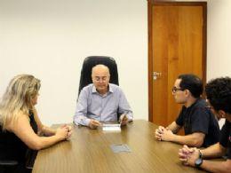 Prefeito recebe livro escrito por professor de história da UFMS
