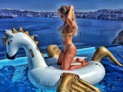 Ex-BBB Renatinha exibe boa forma e ''tira onda'' em viagem à Grécia