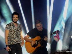 Sutiã de fã fica grudado na guitarra de Luan Santana