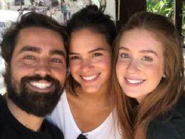 Marquezine e Marina Ruy Barbosa posam juntas
