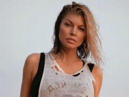 Fergie posa completamente nua na web