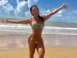 Gracyanne Barbosa exibe coxão e cinturinha em foto de biquíni na Bahia