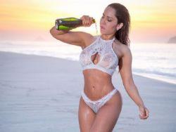Mulher Melão posa de lingerie na praia e fala de 2017: ''Revirada no ano todo''