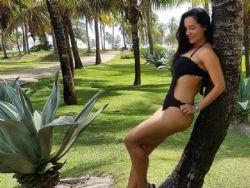 Mônica Carvalho mostra corpo em forma aos 45 anos
