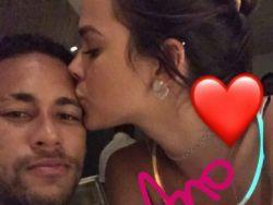 Neymar ganha beijo de feliz ano novo de Bruna Marquezine