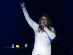 Marília Mendonça sofre acidente durante show
