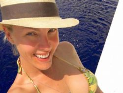 Ana Hickmann posa de biquíni e recebe elogio: ''Loira linda''