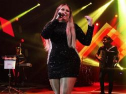 Cantora rebate internauta que a acusou de usar Photoshop