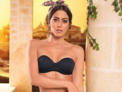 Carol Castro posa usando lingerie comportada em campanha de moda