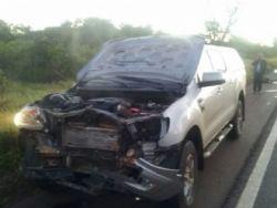Veículo ficou com a frente destruída, candidato ao fundo no telefone