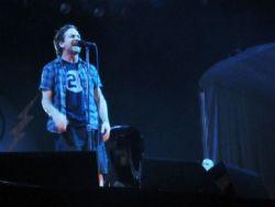 Vocalista do Pearl Jam expulsa fã para defender mulher em show