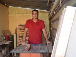 Madeira de demolição e cerâmica compõem a base para o artesanato de Renato Camilo