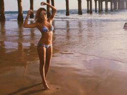 Carolina Oliveira posa de biquíni nos EUA