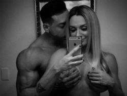 Felipe Franco e Juju Salimeni posam nus e sensualizam em selfie ousada