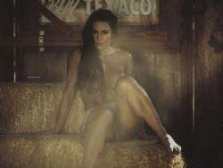 Gracyanne Barbosa faz topless em cidade fantasma dos EUA
