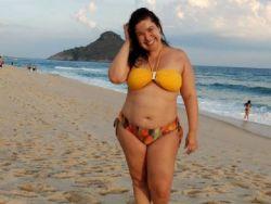 Mariana Xavier curte dia de praia e diz: ''Gordelícia. Bonito é ser feliz!''