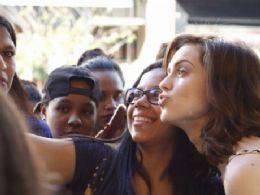 Sophia Abrahão faz fotos inusitadas com fãs e fala sobre carreira e namoro em evento