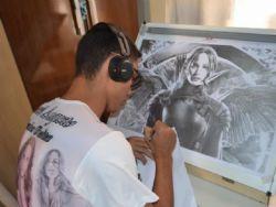 Desenhista realista desenha rostos de celebridades e busca reconhecimento