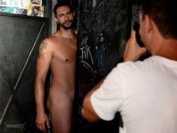 Daniel, do ''BBB 17'', fica nu em ensaio e fala sobre seus dotes: ''Não faço feio''
