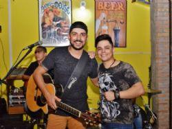 Abrindo shows de duplas sertanejas consagradas, ''Elvis e Adriano'' arrancam aplausos e conquistam fãs