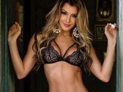 Tatiele Polyana mostra corpaço em foto sensual de lingerie
