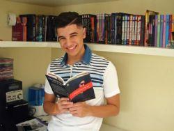 Jovem de 17 anos lança primeiro livro de série de mistério