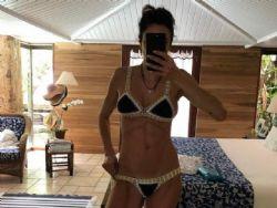 Luciana Gimenez faz selfie e mostra barriga sarada em biquíni de crochê