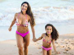 Scheila Carvalho posa com biquíni igual ao da filha em dia de praia
