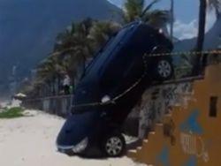 Carro de filho de Letícia Spiller invade praia no RJ